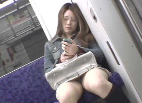 【画像】電車内でホットパンツやミニスカ女子の太ももエロ過ぎて勃起不可避! 35枚 No.21