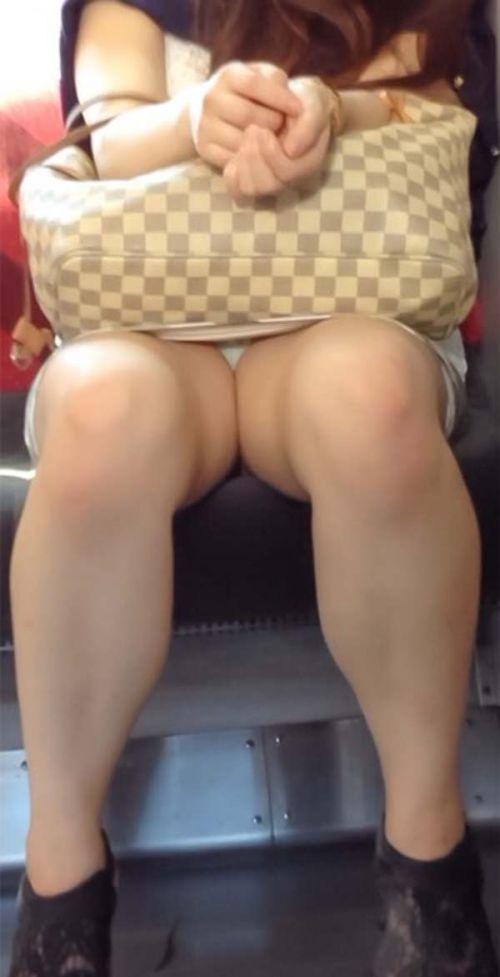【画像】電車内でホットパンツやミニスカ女子の太ももエロ過ぎて勃起不可避! 35枚 No.23
