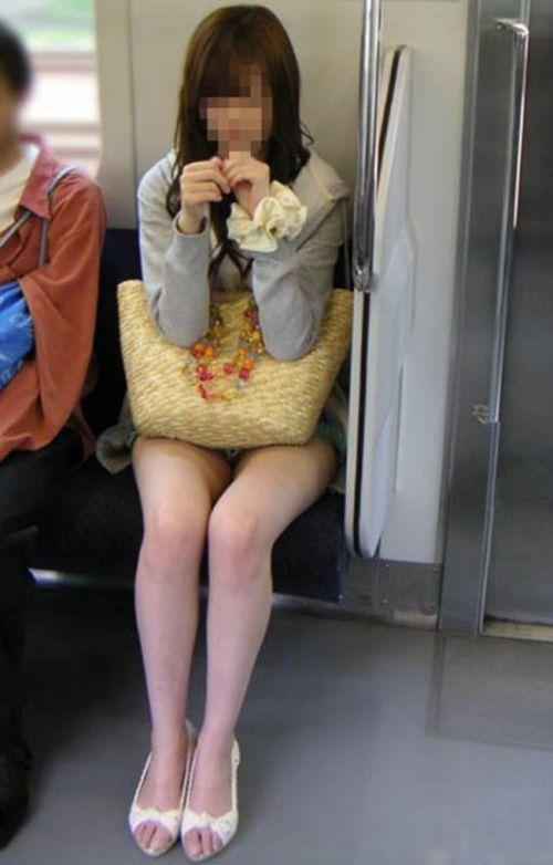 【画像】電車内でホットパンツやミニスカ女子の太ももエロ過ぎて勃起不可避! 35枚 No.27