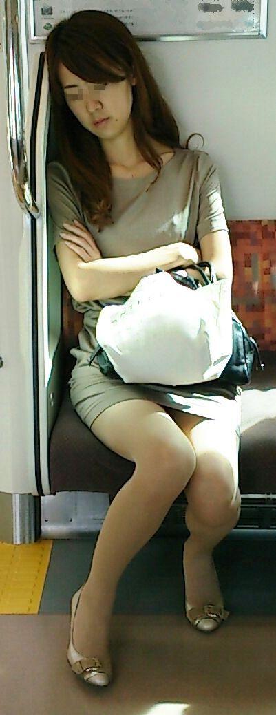 【画像】電車内でホットパンツやミニスカ女子の太ももエロ過ぎて勃起不可避! 35枚 No.28