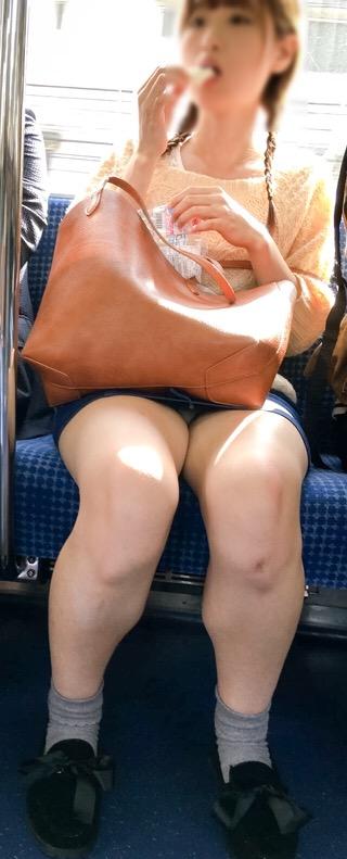 【画像】電車内でホットパンツやミニスカ女子の太ももエロ過ぎて勃起不可避! 35枚 No.31