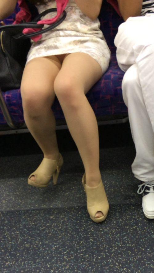 【画像】電車内でホットパンツやミニスカ女子の太ももエロ過ぎて勃起不可避! 35枚 No.33