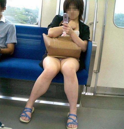 【画像】電車内でホットパンツやミニスカ女子の太ももエロ過ぎて勃起不可避! 35枚 No.35