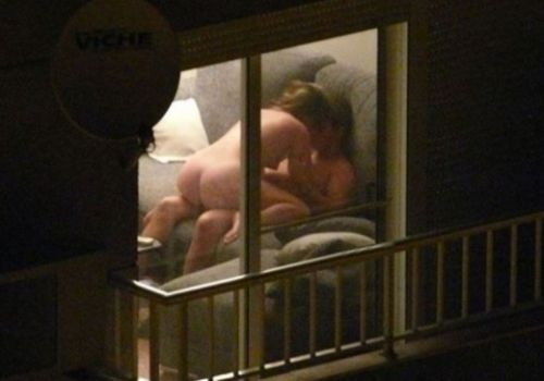 【画像】窓の外から民家内でセックスしてるカップルを盗撮した結果www 33枚 No.2