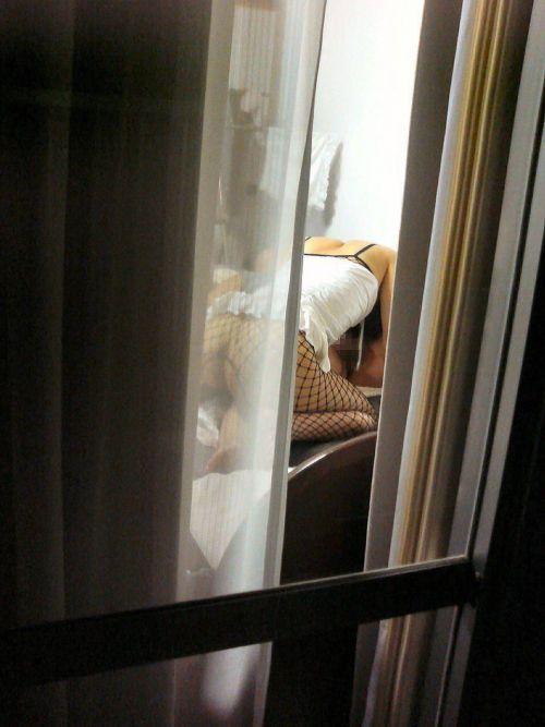 【画像】窓の外から民家内でセックスしてるカップルを盗撮した結果www 33枚 No.7