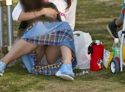 【画像】素人熟女が無防備に座ってパンチラしてるの盗撮したったwww 39枚 No.8