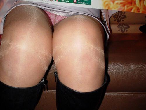 【画像】素人熟女が無防備に座ってパンチラしてるの盗撮したったwww 39枚 No.9