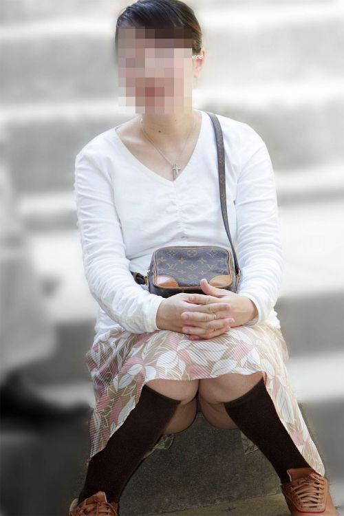 【画像】素人熟女が無防備に座ってパンチラしてるの盗撮したったwww 39枚 No.12