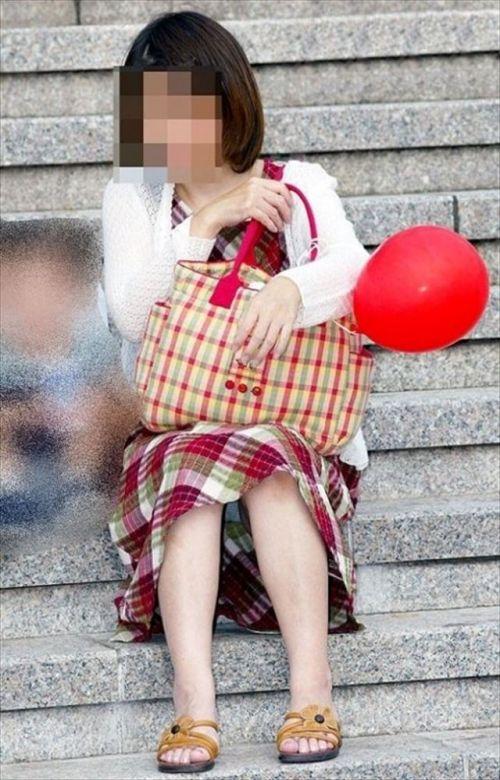 【画像】素人熟女が無防備に座ってパンチラしてるの盗撮したったwww 39枚 No.20