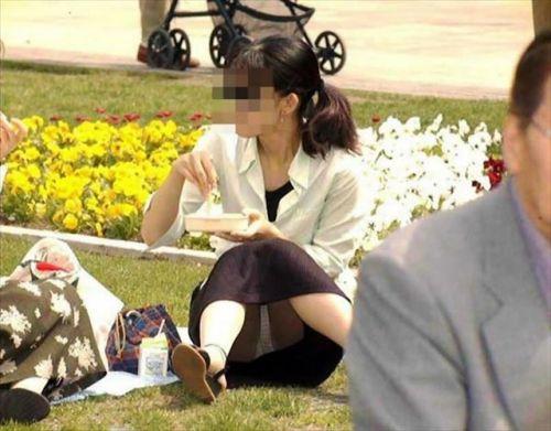 【画像】素人熟女が無防備に座ってパンチラしてるの盗撮したったwww 39枚 No.23