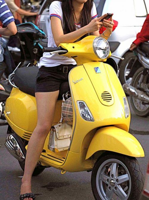 パンチラ確定!バイク・スクーターに乗るミニスカギャルのエロ画像 50枚 No.2