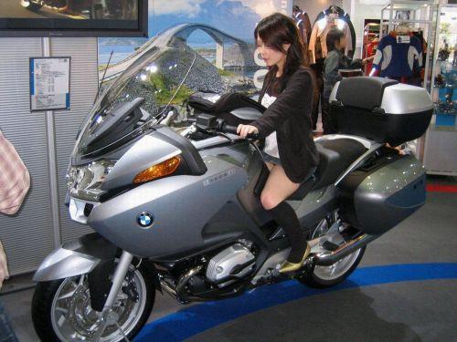 パンチラ確定!バイク・スクーターに乗るミニスカギャルのエロ画像 50枚 No.3