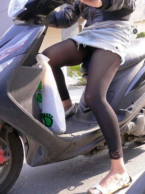 パンチラ確定!バイク・スクーターに乗るミニスカギャルのエロ画像 50枚 No.4