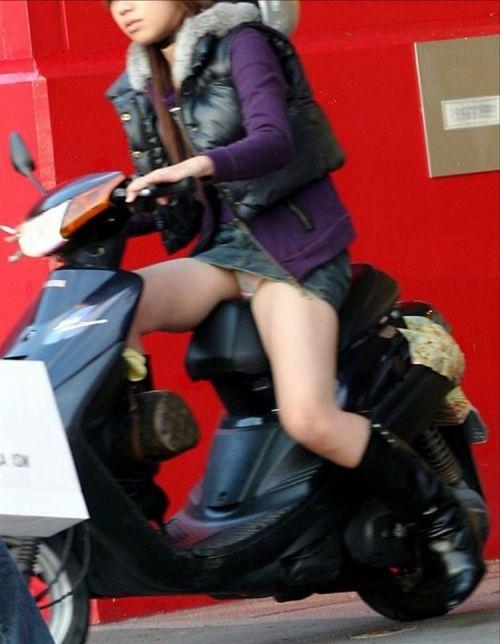 パンチラ確定!バイク・スクーターに乗るミニスカギャルのエロ画像 50枚 No.6