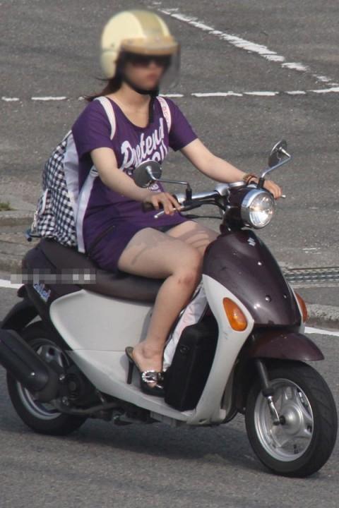 パンチラ確定!バイク・スクーターに乗るミニスカギャルのエロ画像 50枚 No.11