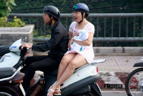 パンチラ確定!バイク・スクーターに乗るミニスカギャルのエロ画像 50枚 No.12