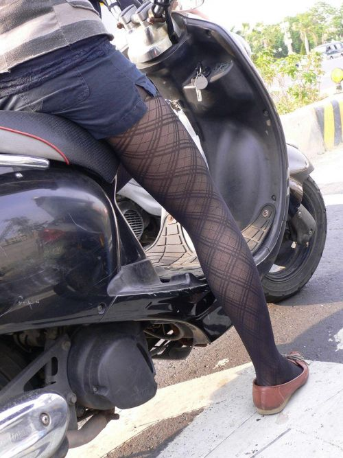 パンチラ確定!バイク・スクーターに乗るミニスカギャルのエロ画像 50枚 No.14