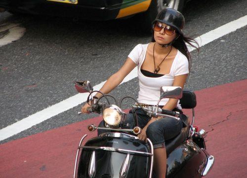 パンチラ確定!バイク・スクーターに乗るミニスカギャルのエロ画像 50枚 No.16