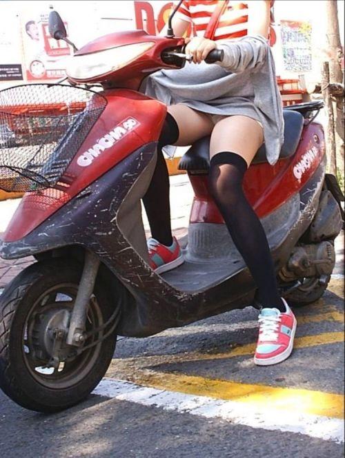パンチラ確定!バイク・スクーターに乗るミニスカギャルのエロ画像 50枚 No.17