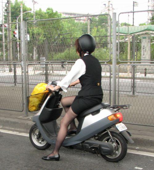 パンチラ確定!バイク・スクーターに乗るミニスカギャルのエロ画像 50枚 No.18
