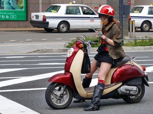 パンチラ確定!バイク・スクーターに乗るミニスカギャルのエロ画像 50枚 No.19