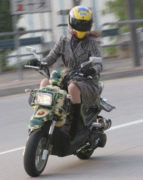 パンチラ確定!バイク・スクーターに乗るミニスカギャルのエロ画像 50枚 No.20