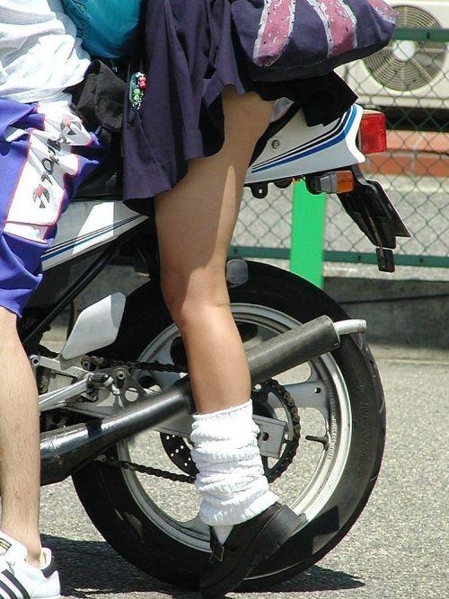 パンチラ確定!バイク・スクーターに乗るミニスカギャルのエロ画像 50枚 No.21