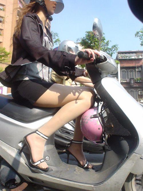 パンチラ確定!バイク・スクーターに乗るミニスカギャルのエロ画像 50枚 No.23