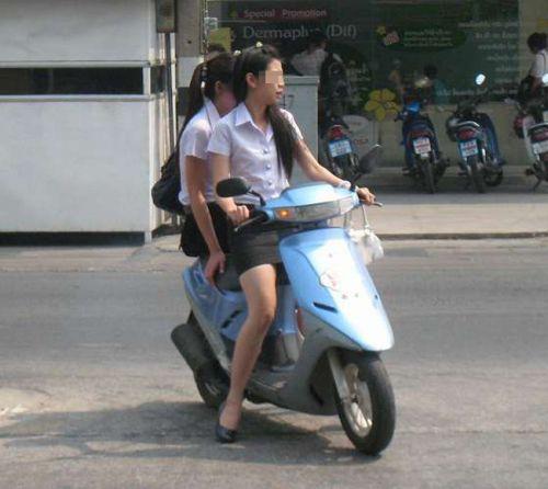 パンチラ確定!バイク・スクーターに乗るミニスカギャルのエロ画像 50枚 No.28