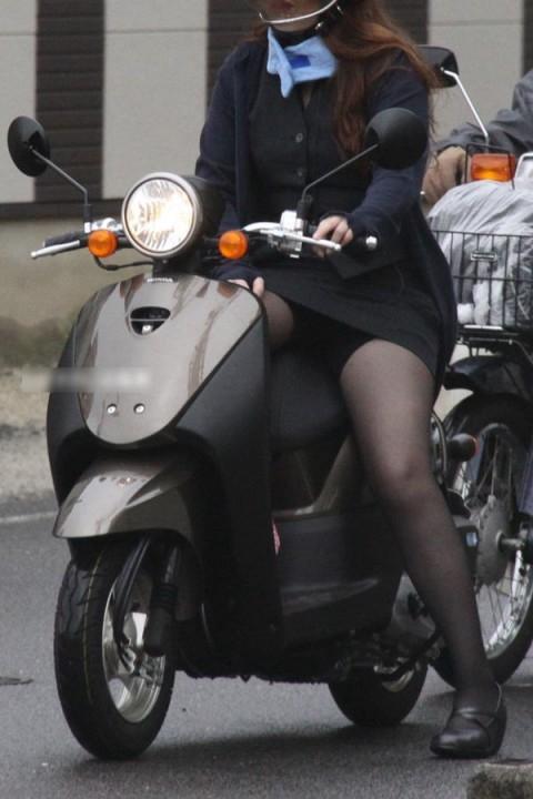 パンチラ確定!バイク・スクーターに乗るミニスカギャルのエロ画像 50枚 No.29