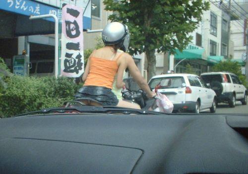 パンチラ確定!バイク・スクーターに乗るミニスカギャルのエロ画像 50枚 No.31