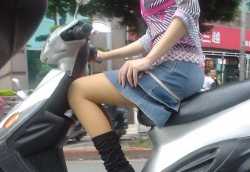 パンチラ確定!バイク・スクーターに乗るミニスカギャルのエロ画像 50枚 No.32
