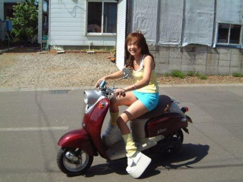 パンチラ確定!バイク・スクーターに乗るミニスカギャルのエロ画像 50枚 No.35