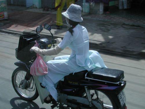 パンチラ確定!バイク・スクーターに乗るミニスカギャルのエロ画像 50枚 No.39