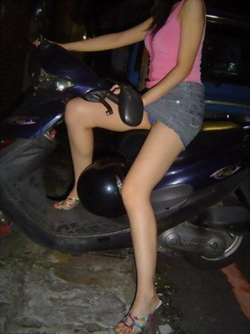 パンチラ確定!バイク・スクーターに乗るミニスカギャルのエロ画像 50枚 No.42