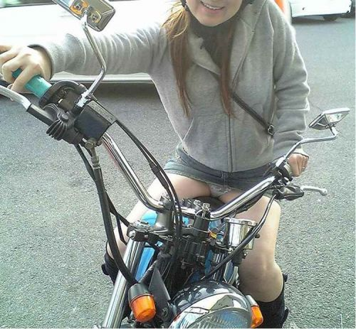 パンチラ確定!バイク・スクーターに乗るミニスカギャルのエロ画像 50枚 No.43