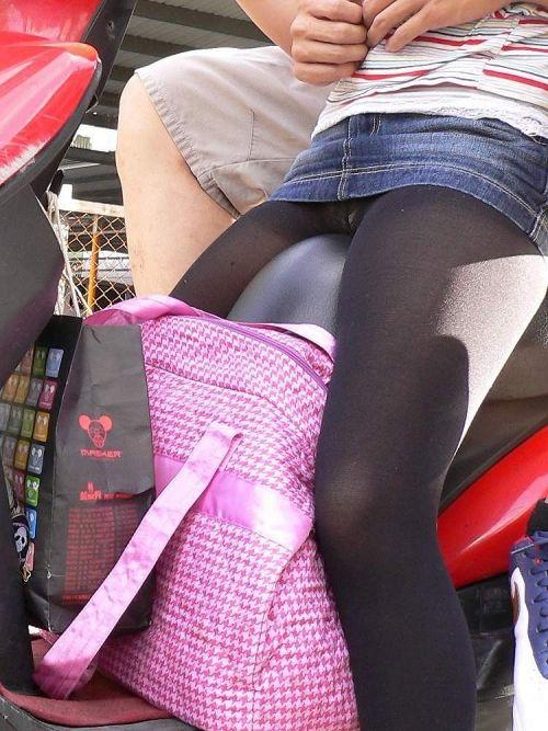 パンチラ確定!バイク・スクーターに乗るミニスカギャルのエロ画像 50枚 No.44