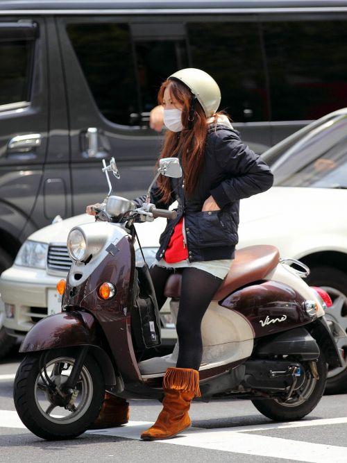 パンチラ確定!バイク・スクーターに乗るミニスカギャルのエロ画像 50枚 No.46