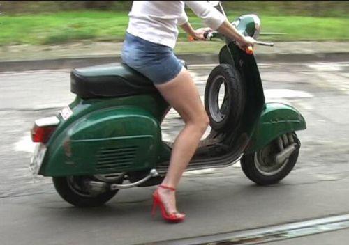 パンチラ確定!バイク・スクーターに乗るミニスカギャルのエロ画像 50枚 No.47