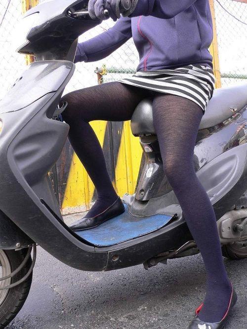 パンチラ確定!バイク・スクーターに乗るミニスカギャルのエロ画像 50枚 No.49