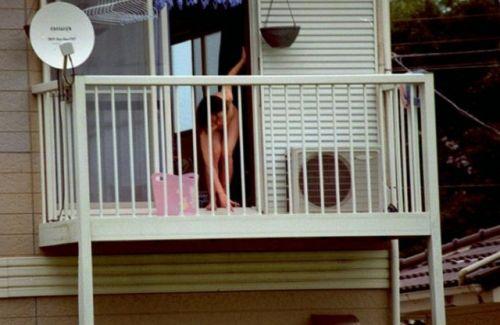 民家のおっぱい・股間丸出しな女の子を窓の外から盗撮したエロ画像 41枚 No.4