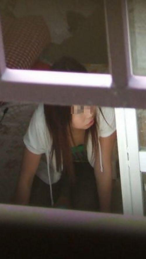 民家のおっぱい・股間丸出しな女の子を窓の外から盗撮したエロ画像 41枚 No.34