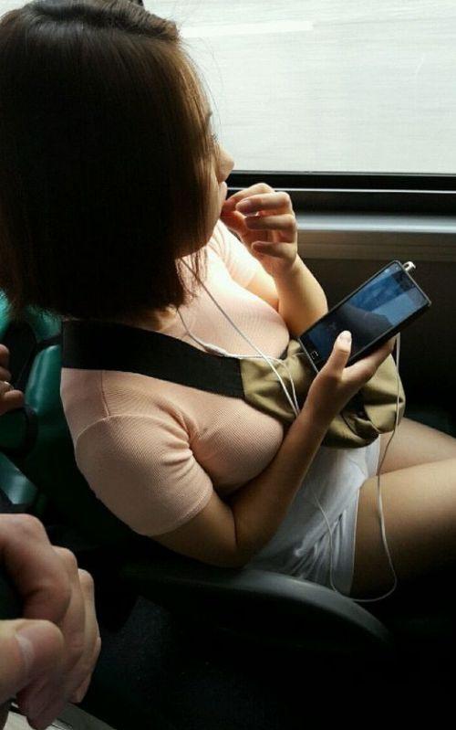 バスの車内で無防備に胸チラしてる女の子を盗撮したエロ画像 54枚 No.3