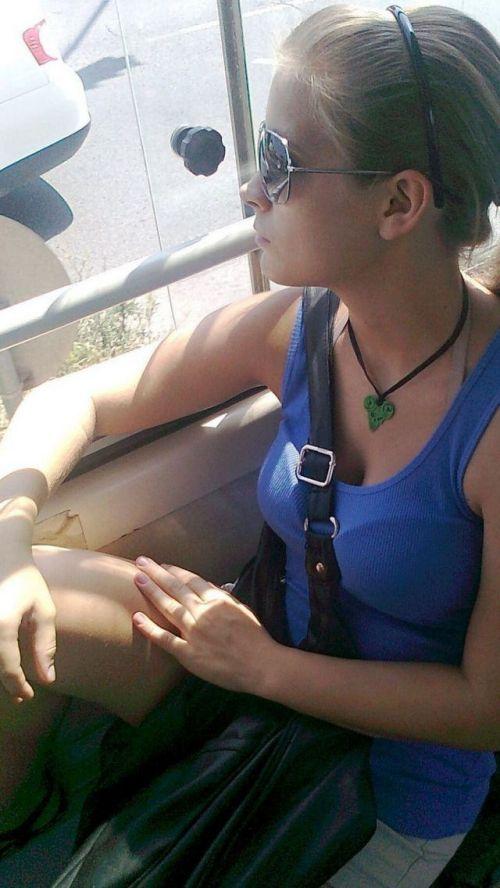 バスの車内で無防備に胸チラしてる女の子を盗撮したエロ画像 54枚 No.4