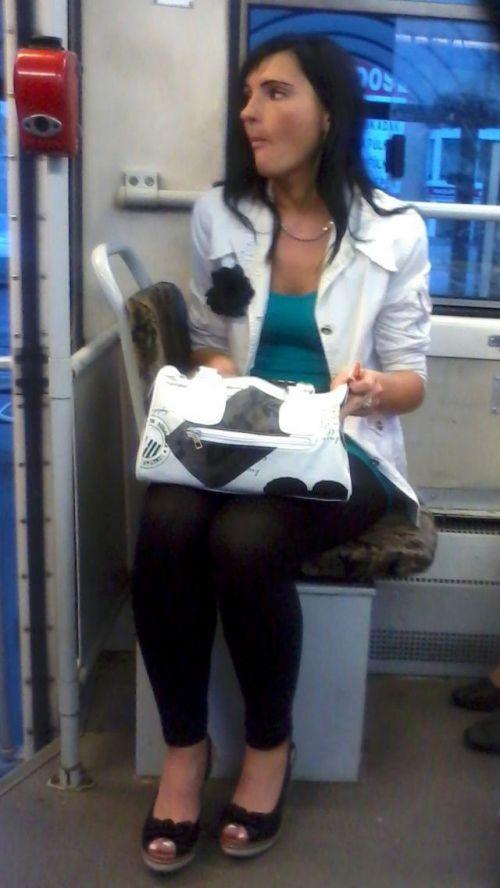 バスの車内で無防備に胸チラしてる女の子を盗撮したエロ画像 54枚 No.5