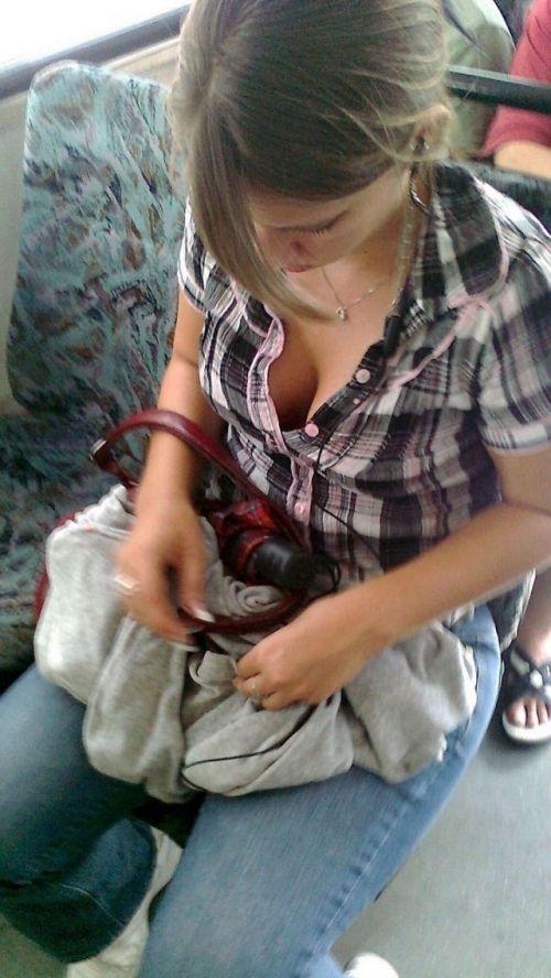 バスの車内で無防備に胸チラしてる女の子を盗撮したエロ画像 54枚 No.9