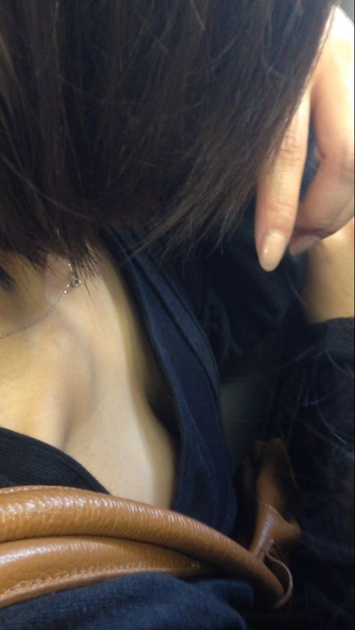 バスの車内で無防備に胸チラしてる女の子を盗撮したエロ画像 54枚 No.14