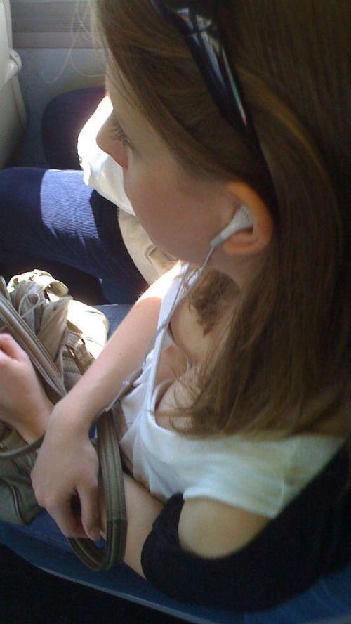 バスの車内で無防備に胸チラしてる女の子を盗撮したエロ画像 54枚 No.23