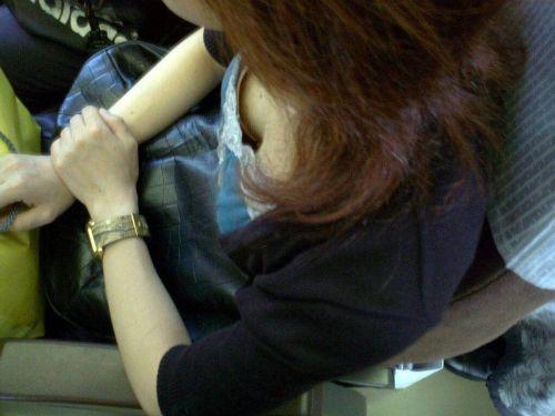 バスの車内で無防備に胸チラしてる女の子を盗撮したエロ画像 54枚 No.30