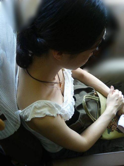 バスの車内で無防備に胸チラしてる女の子を盗撮したエロ画像 54枚 No.33